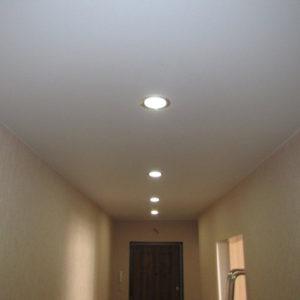 Сатиновый натяжной потолок в коридоре