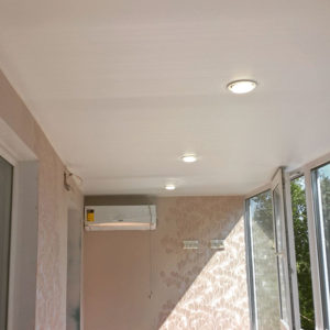 сатиновый потолок на балконе
