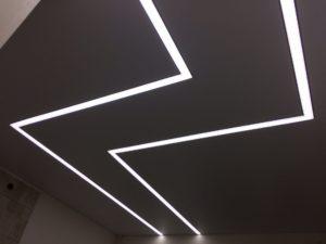Натяжные потолки со световыми линиями