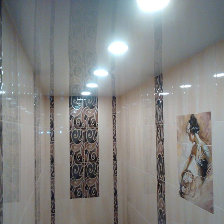 Глянцевый потолок в санузел