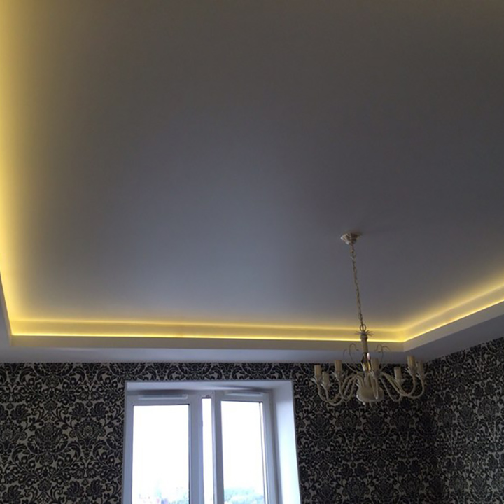 Сатиновый потолок с подсветкой в гостиной